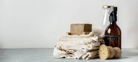 Cuidado del cuerpo de belleza sin desperdicio y artículos de limpieza de la casa sobre fondo de papel de color Foto de archivo