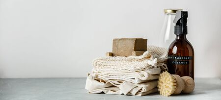 Soins du corps de beauté zéro déchet et articles de nettoyage de la maison sur fond de papier de couleur Banque d'images
