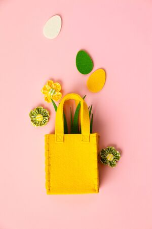 Felt Easter decorations on pink background, flat lay, top view Archivio Fotografico