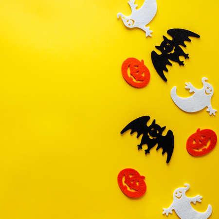 Halloween decorations on yellow background, flat lay 免版税图像