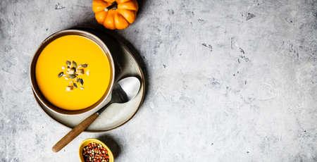Vegetarian autumn pumpkin cream soup with seeds 免版税图像