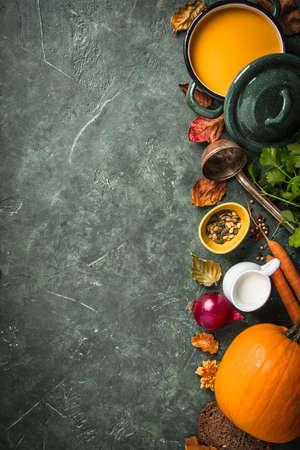 Pumpkin soup on green vintage background 免版税图像