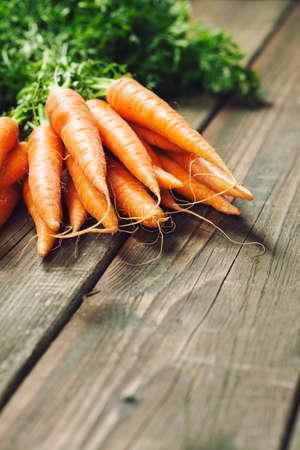 Carrot. Fresh Carrots bunch on rustic background. Raw fresh organic orange carrots. 免版税图像