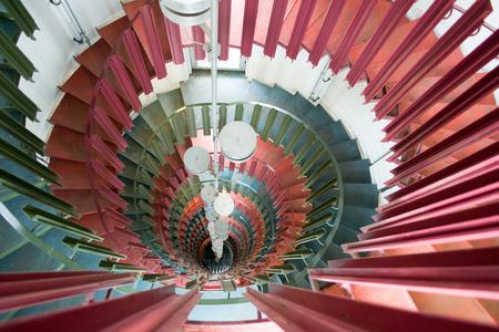 psique: Una alta torre, con escalera de caracol.