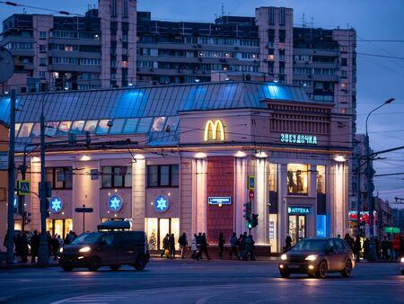 Moskau, Russland - 17. Januar 2020: Festliche Neujahrs-LED-Beleuchtung an der Fassade des Gebäudes am Taganskaya-Platz. Autos fahren in der Abenddämmerung die Straße entlang. Helle Hintergrundbeleuchtung mit Designlösungen
