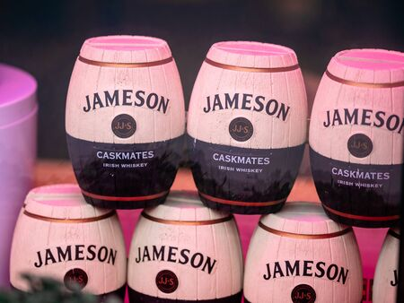 Moscow, Russia - January 17, 2020: Shop window display with stylized barrels of whiskey. Jameson Caskmates label. Irish whiskey Banque d'images - 139318730