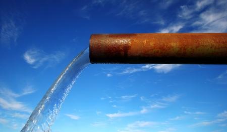 coule: Eau propre qui coule d'un vieux pipeline rouill�