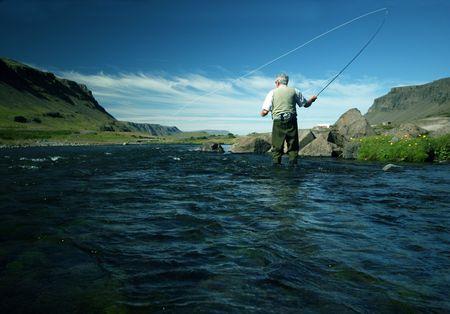 hombre pescando: Pescador visto desde una vista gusanos