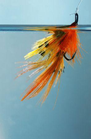 A ręcznie wiązanej pływania w wodzie, czekając na ryby
