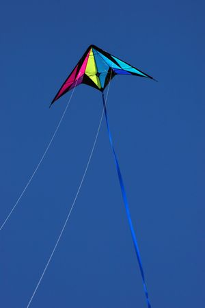 Kolorowe latawca w powietrzu na jasnych dni Zdjęcie Seryjne