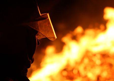 Silhouette o strażakiem obliczu ognia piekielnego