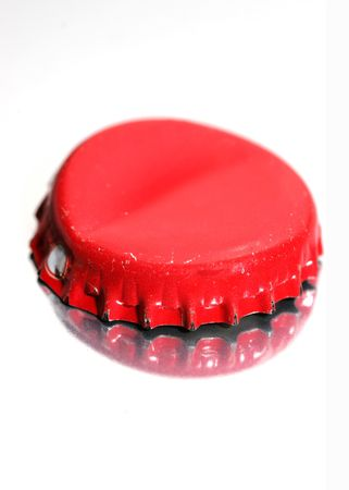 quenching: bottle cap lying on a reflective white background