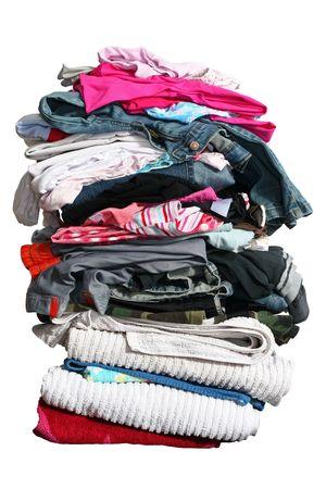 Wysoki stos prania wyizolowanych na białym z wycinek ścieżki