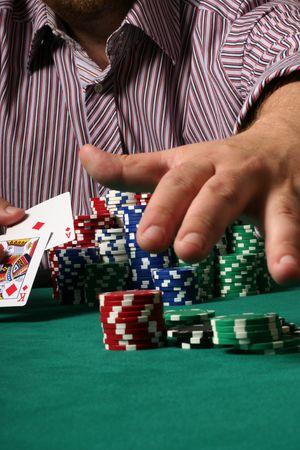 geschniegelt: Zuversichtlich, Poker-Spieler mit gro�en Gleit-und Grabbing den Topf