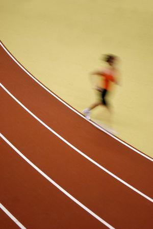 Motion niewyraźne runner drogi konkurencji - niektóre ziarna widoczne