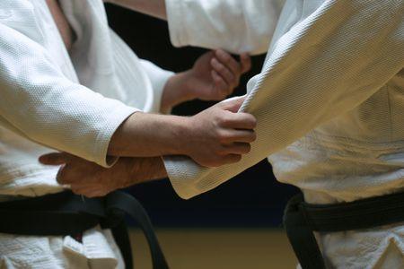 Judokämpfer, die weg in einer Schlacht des Körpers und des Verstandes - vorgewählter Fokus und sichtbares Korn sparring sind Standard-Bild