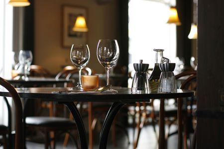 Innere einer cozy Gaststätte, die auf eine bereite Tabelle für zwei konzentriert Standard-Bild