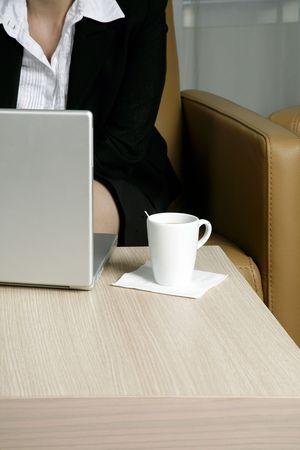 caf� � emporter: Femme sur son travail en utilisant un ordinateur portable sur un r�seau sans fil