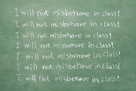 oracion: XXL gran imagen de un viejo pizarr�n con la frase que no voy a un comportamiento inadecuado en clase por escrito una y otra vez