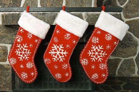mantel: Calze di Natale su un camino mantello Archivio Fotografico