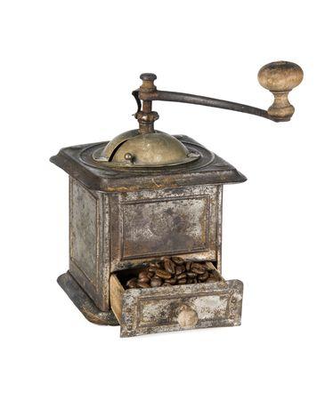 Antikes Kaffeemühle gefüllt mit Kaffeebohnen, die isoliert auf weißem Hintergrund