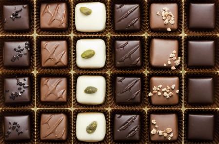 手作りの高級チョコレートのボックスでスタジオで撮影
