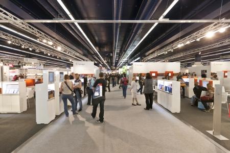 comercio: FRANKFURT, Alemania - el 8 de octubre de 2010: Los visitantes en la Frankfurt Feria del libro. Editorial