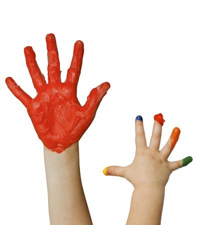 Manos de niños con pintura con los dedos aislados en blanco