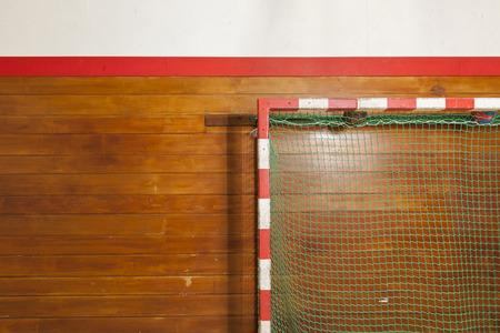 terrain de handball: Poteau de style de cru dans la vieille salle de gym Banque d'images