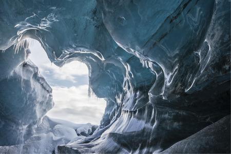 in cave: Impresionante paisaje de invierno