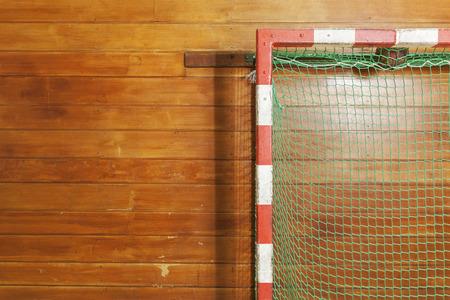 terrain de handball: Poteau de style vintage dans la vieille salle de gym Banque d'images