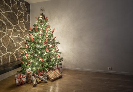 Krásná osvětlené vánoční strom v obývacím pokoji Reklamní fotografie - 45634784