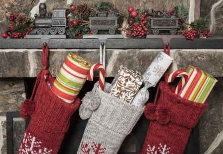 calcetines: Medias rellenas colgando de una chimenea en la mañana de Navidad