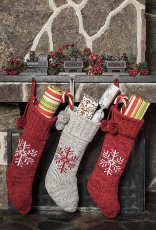 camino natale: Calze ripiene appesa a un camino mattina di Natale
