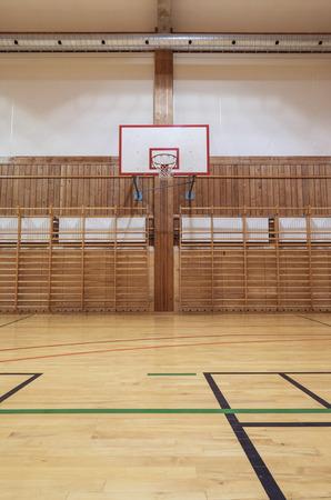 canestro basket: Vista dal campo centrale nella vecchia gymhall Archivio Fotografico