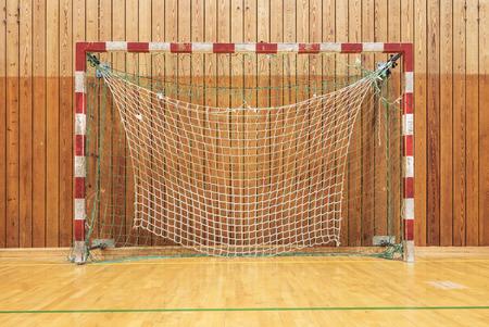 terrain de handball: Le but de soccer dans un vieux gymhall multisports Banque d'images