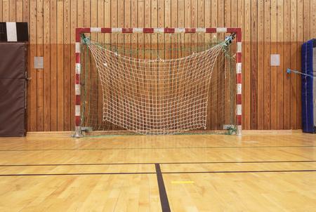 terrain de handball: but de football dans un vieux gymhall Banque d'images