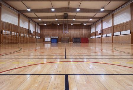 cancha de basquetbol: Interior de un antiguo gymhall Foto de archivo