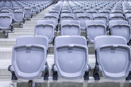 gradas estadio: Las filas de asientos del estadio listos en una nueva instalación Foto de archivo