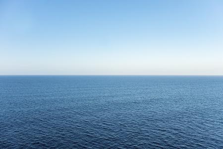 horizonte: Alta vista sobre un horizonte del océano en un día claro Foto de archivo