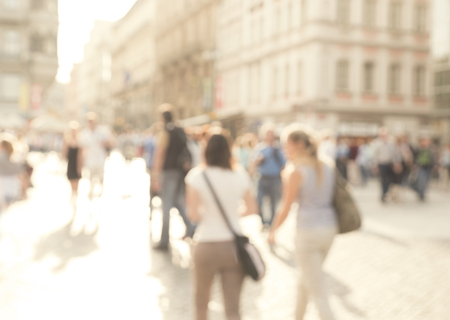 concurrida calle comercial con el foco borrosa