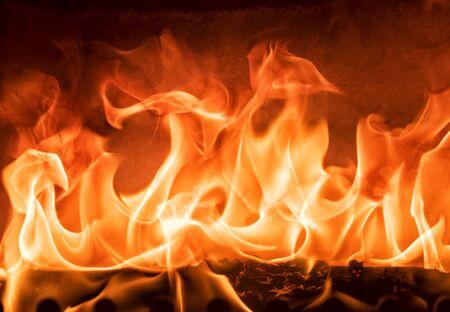 Rilassante fuoco in un caminetto chiuso