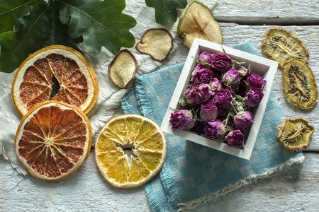 frutas secas: frutas y flores secas Foto de archivo