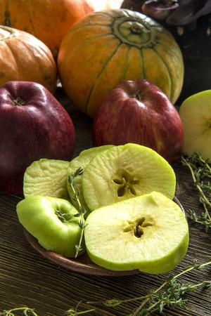 tomillo: Las manzanas, calabazas, la albahaca, el tomillo Foto de archivo