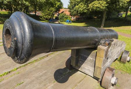 groningen: Oude, zwarte canon bij vesting Bourtange in de provincie Groningen. Redactioneel