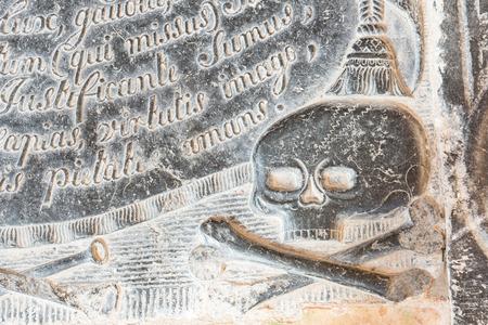 groningen: Skull in a gravestone on a graveyard in Zeerijp in the province of Groningen. Stockfoto