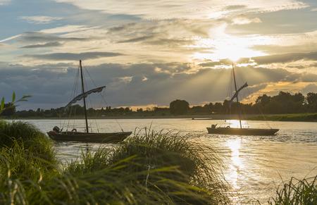 Twee typische Loire boten op de rivier in Frankrijk tijdens zonsondergang. Stockfoto