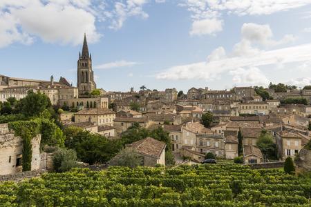 Saint-Emilion met oude huizen, de kerk en de beroemde winedistrict 's nachts.