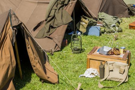 seconda guerra mondiale: Equipaggiamento di un soldato con la tenda, contenitore di lampada nella seconda guerra mondiale.