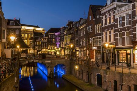 Utrecht 's nachts, Vismarkt, Huizen, kanaal en restaurants. Redactioneel